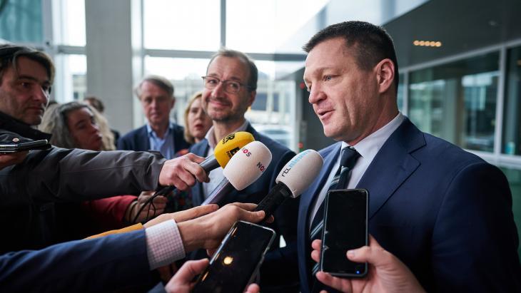 KLM-topman Elbers na overleg met EZ.