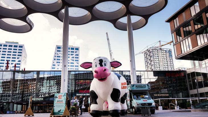 Foodtruck en opblaasbare koe voor ingang Hoog Catharijne/ Utrecht CS.