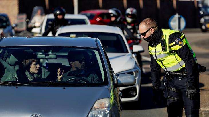 Politie sluit strand Noordwijk af tijdens coronacrisis, omdat daar te veel mensen op afkwamen
