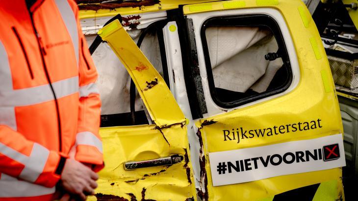 """Sticker voor de actie """"Stop negeren rode kruisen """"van Rijkswaterstaat"""