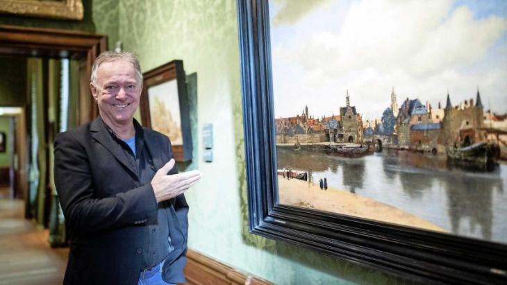 Harrie Jekkers voor schilderij Gezicht op Delft