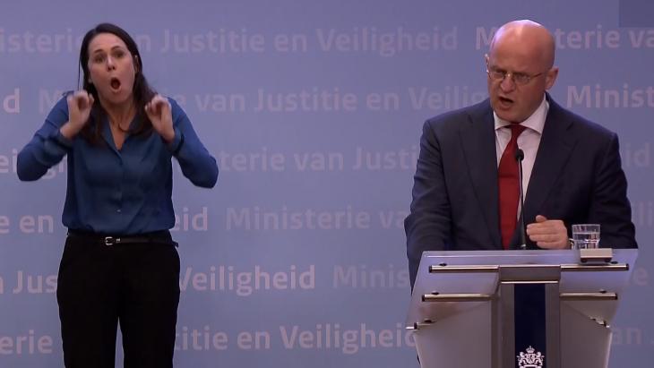 Beeld uit de persconferentie waarin minister Grapperhaus mensen streng toesprak