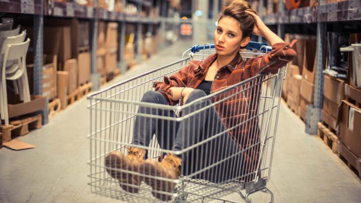 Vrouw in winkelwagentje