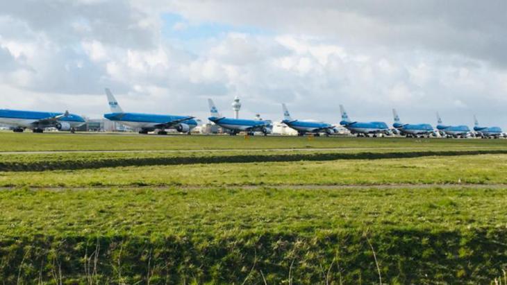 De reisbranche - KLM vliegtuigen staan aan de grond