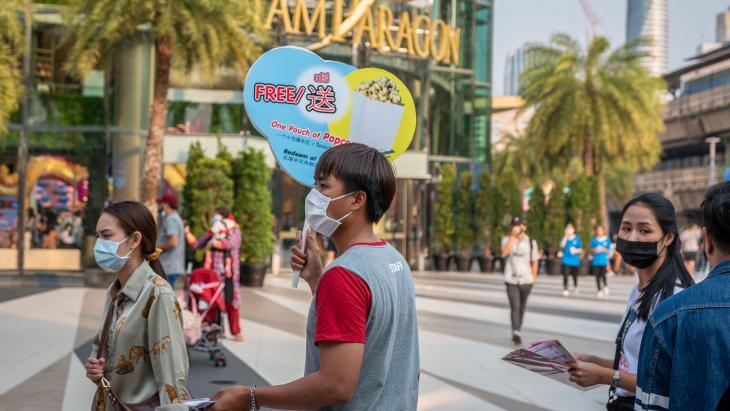 Een popcorn verkoper in Bangkok, februari 2020.