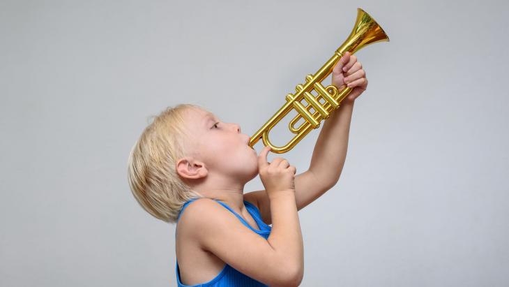 Jongen speelt trompet