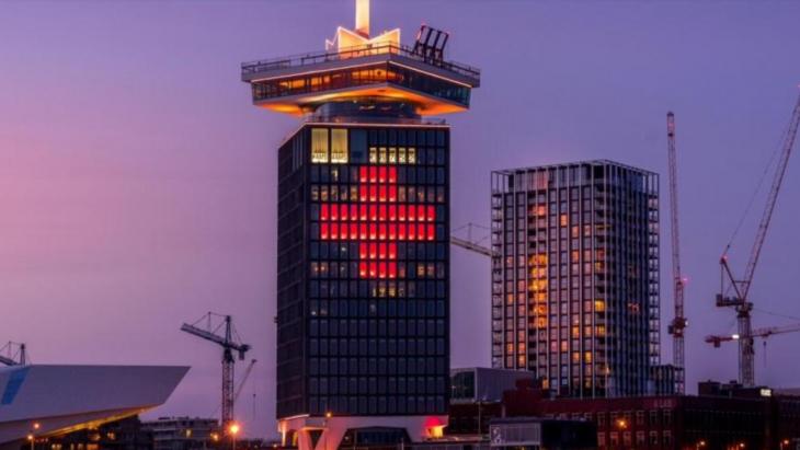 Onderdeel van de actie, het Rode Kruis op de A'DAM Toren
