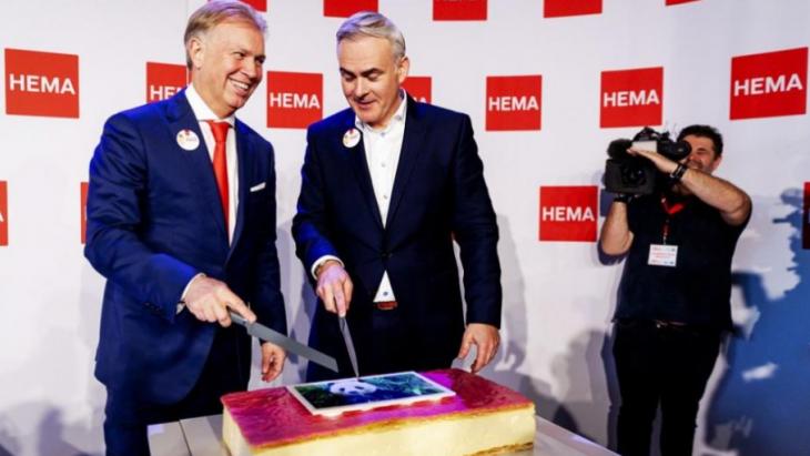 Betere tijden, de deal tussen Boekhoorn en Hema was rond in 2018, de taart wordt aangesneden
