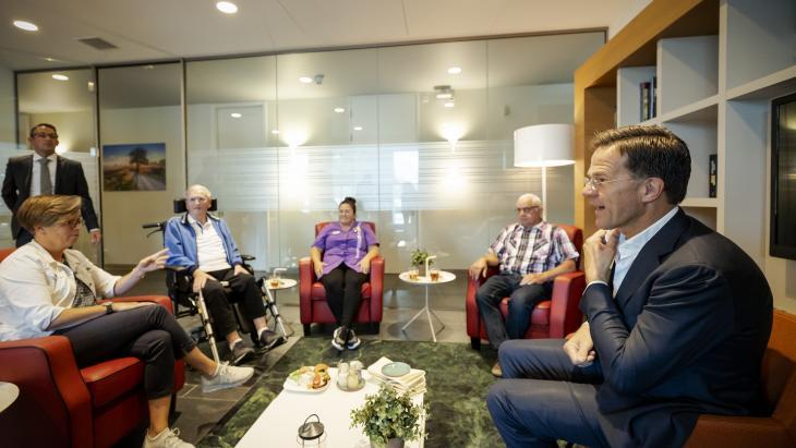 Mark Rutte in zorghotel Udens Duyn in gesprek met patienten. Journalisten mochten volgens Joris Roes niet meeluisteren tijdens dit soort gesprekken