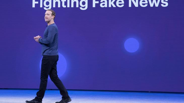 Mark_Zuckerberg twee jaar geleden tijdens een keynote over fake news