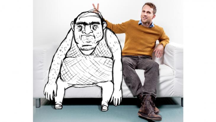Lars met zijn creatie 'Teddy Fahr', een taxichauffeur die minister-president van Noorwegen wordt.