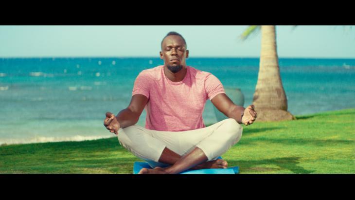 Usain Bolt op yoga retraite in nieuwe Europese campagne Allianz Direct