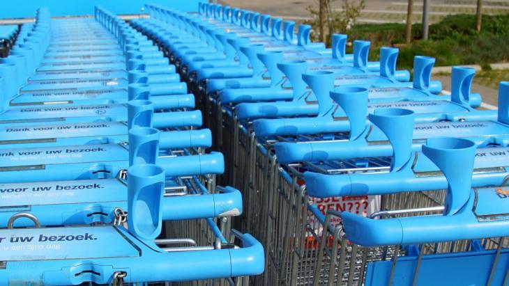 Winkelwagentjes, zelf ontsmetten bij het 'schoonmaakstation'