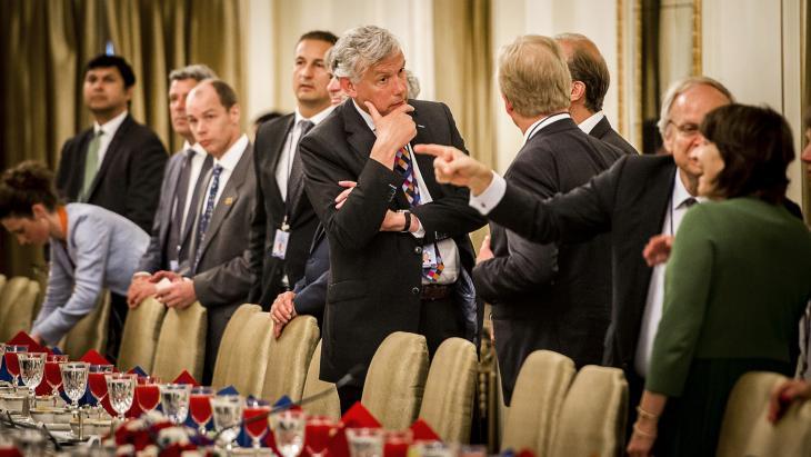 os Nijhuis, toenmalig ceo Schiphol, tijdens een roundtable met verschillende ceo's uit het Nederlandse bedrijfsleven tijdens een werkbezoek in 2015 aan India van premier Mark Rutte