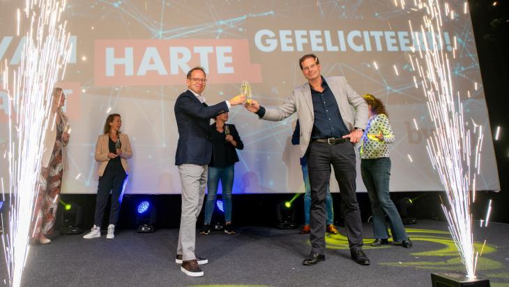 De voorzittershamer is overhandigd aan Erik van Engelen (rechts)