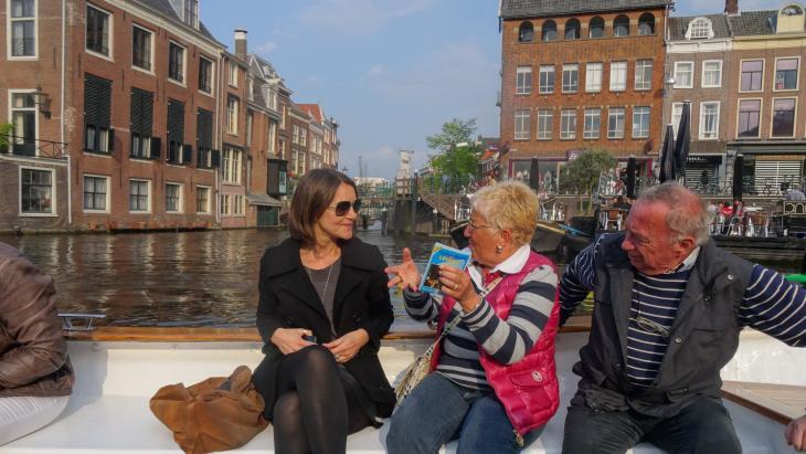 Corinne Genestay op een toeristenboot in Leiden met twee willekeurige Italiaanse toeristen