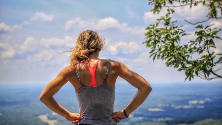 Vrouw op berg in hardloopkleding