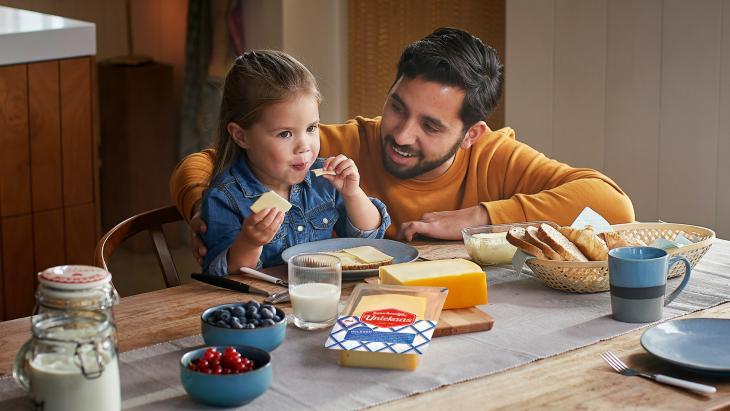 Vader & dochter-campagne van Uniekaas brengtnostalgie van oer-Nederlands kaasschaven terug
