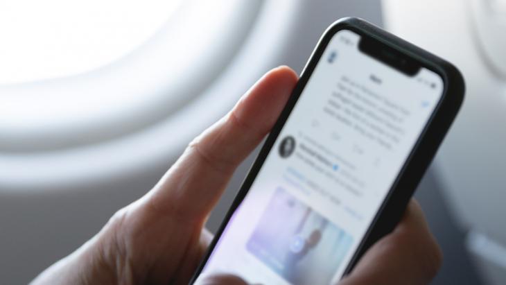 Smartphone in hand met Twitter geopend