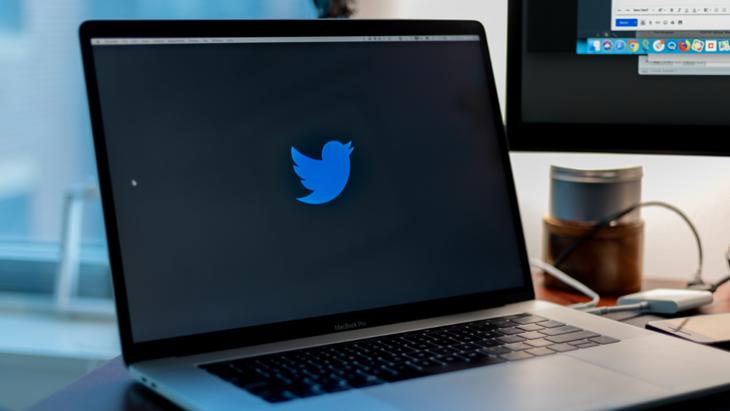 Openstaande laptop met Twitter-logo