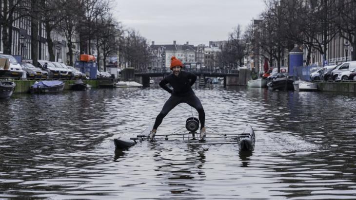 Kunstenaar Frankey, Natwerk, schaatst Keizersrace op Amsterdamse grachten