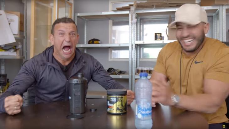 Bicep Papa (rechts) in een vlog met cabaretier Najib Amhali