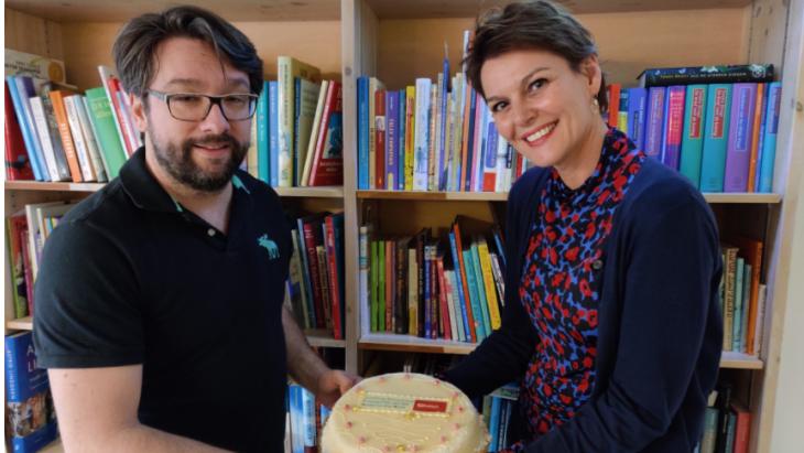 Sander Verheijen (l), hoofdredacteur Hebban.nl, en Eveline Aendekerk, directeur stichting CPNB, bij het bekend maken van de samenwerking, vorig jaar