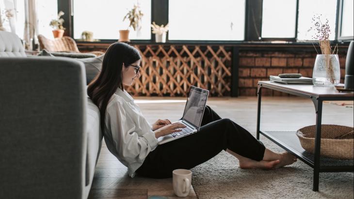 Vrouw in kamer met haar laptop