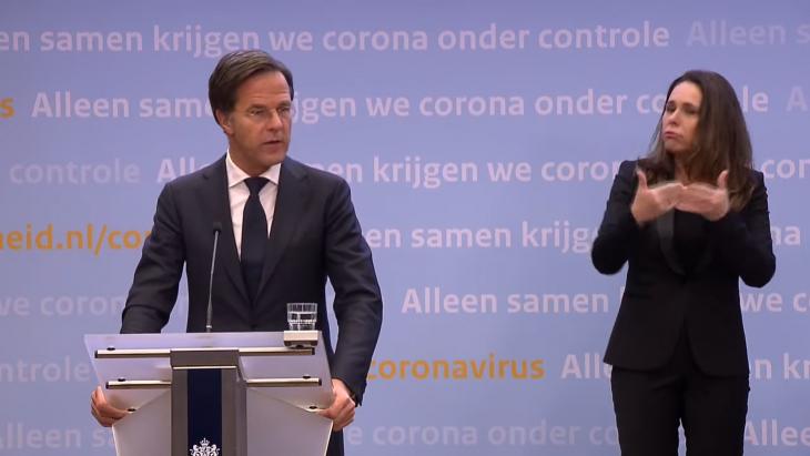 Mark Rutte tijdens de 'directieve' persco over de avondklok