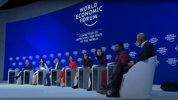 Beeld van een WEF-panelgesprek van 2019