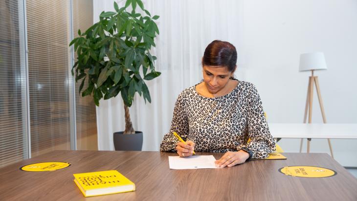 Patritia Pahladsingh (TBWA\NEBOKO) ondertekent het Charter Diversiteit.