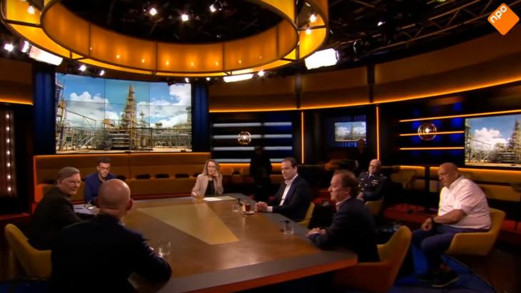 Uitzending van Op1, met 6 mannelijke gasten in de studio.