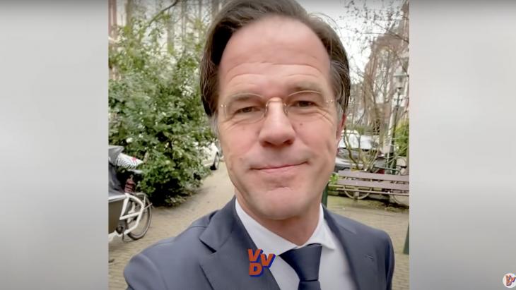 Screenshot uit de selfie-video van Mark Rutte die hij opnam in een straat voor de Tweede Kamer verkiezingen van 2021.