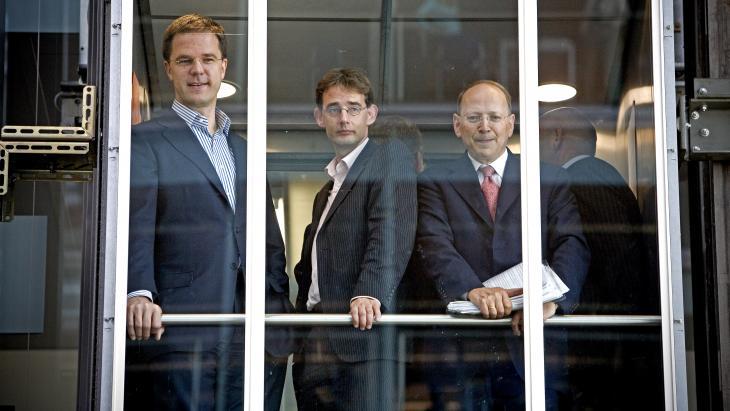 Is Ben Verwaaijen degene die Mark Rutte naar de uitgang kan helpen?  Hier samen met Mark Rutte inde lift in 2006, In het midden woordvoerder Friso Fennema, nu directeur Comms van ministerie IenW.