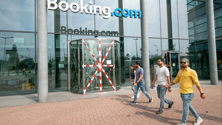 Booking.com met een beschadigde glazen deur van de entree