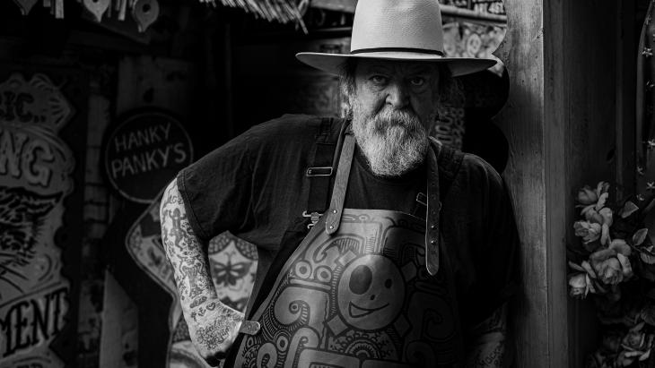 Henk Schiffmacher tatoeëert klassieke leren schorten van Witloft