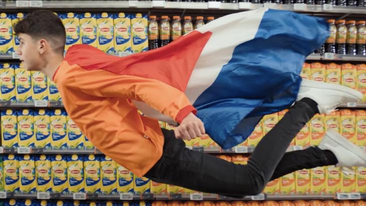 Lipton laat Van Persie's zoon zijn 'duikvlucht' herhalen in nieuwe EK-campagne
