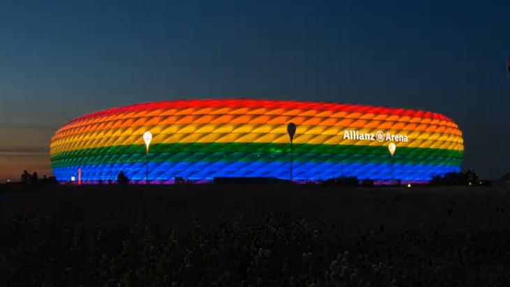 Allianz Arena in regenboogkleuren