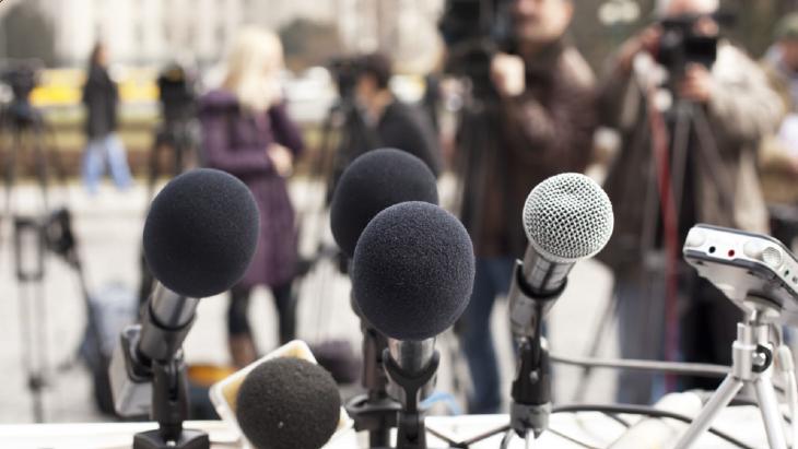 microfoons voor een persconferentie