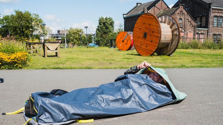 'Daklozen-problematiek schrijnend in Nederland': Auping ontwikkelt slaapzakken