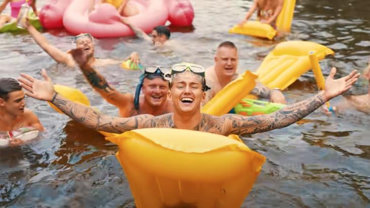 Mart Hoogkamer met zijn hit 'Ik ga zwemmen'