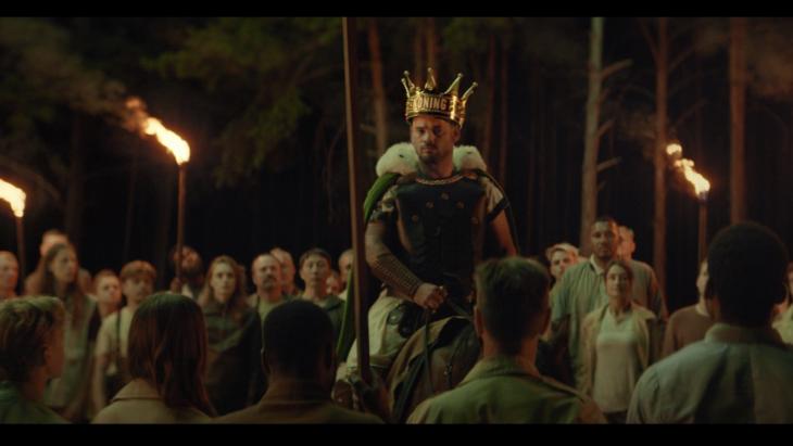Wesley Sneijder blijft Koning Toto en verschijnt tonele als heroïsche gladiator te paard