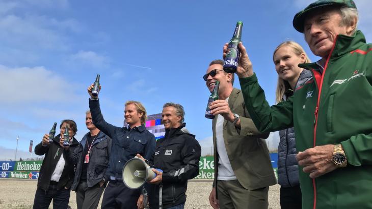 Proostmoment in de tarzanbocht: Hans Erik Tuijt, David Coulthard, Nico Rosberg, Jan Lammers, Robert Doornbos, Beitske Visser en Sir Jackie Stewart