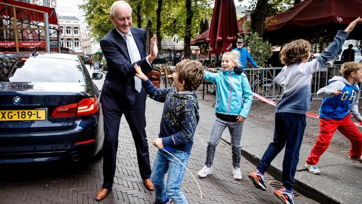 Informateur Johan Remkes wordt begroet door kinderen bij aankomst bij het Logement