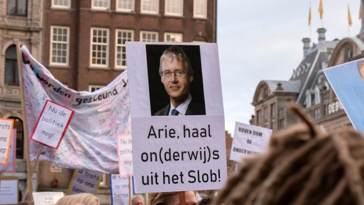 Protestbord over Arie Slob