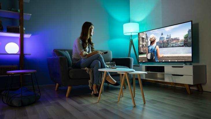 Vrouw kijkt televisie