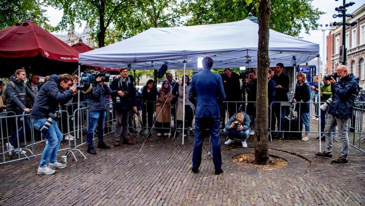 Wopke Hoekstra staat media te woord