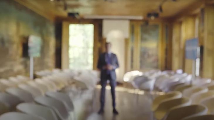 Openingsbeeld uit video MSL (2019), waarin Alex de Vries ingaat op jaarlijks kennissymposium over reputatiemanagement
